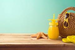 Fond de vacances d'?t? avec des accessoires de jus et de plage d'ananas sur la table en bois photo stock