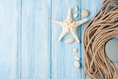 Fond de vacances de mer avec les poissons d'étoile et la corde marine Photos libres de droits