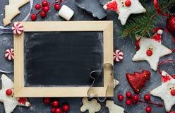 Fond de vacances de Noël avec de divers biscuits de pain d'épice, C Photographie stock