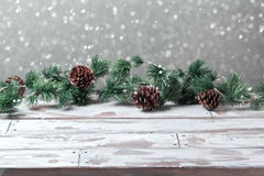 Fond de vacances de Noël avec la table blanche en bois vide et les lumières de fête de Noël Photographie stock