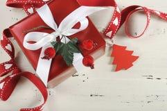 Fond de vacances de Noël avec le cadeau rouge et blanc de thème Photo libre de droits