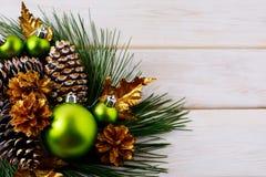 Fond de vacances de Noël avec les ornements verts et l'escroquerie d'or Photos stock