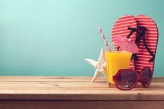 Fond de vacances de vacances d'été avec le jus d'orange Photographie stock