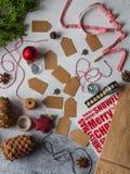 Fond de vacances Emballage du concept de cadeaux pour des vacances Rubans, fil, étiquettes, attributs de Noël sur le fond gris Co photos stock