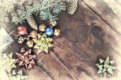 Fond de vacances de Noël avec la plate-forme en bois vide avec une table décorée d'un cadeau pelucheux et coloré b de branche d'a Photographie stock