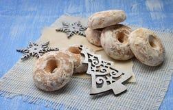 Fond de vacances de Noël avec les biscuits de pain d'épice, la décoration de Noël et les bonbons sur le backgroundÑŽ en bois Images stock
