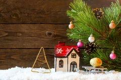Fond de vacances de Noël avec une maison dans la neige et le Christ Image libre de droits