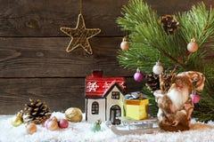 Fond de vacances de Noël avec une maison dans la neige et le Christ images libres de droits
