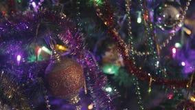 Fond de vacances de nouvelle année d'un arbre de Noël décoré avec une guirlande rougeoyante banque de vidéos
