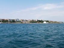 Fond de vague d'été de surface de la Mer Noire Vue de yacht Paysage marin exotique avec les nuages et la ville sur l'horizon Tran images stock