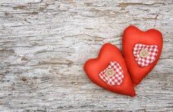 Fond de Valentine avec des coeurs de textile sur le vieux bois Photos stock