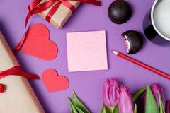 Fond de Valentine avec le boîte-cadeau, le bonbon, les coeurs et les tulipes dessus Images stock