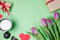 Fond de Valentine avec le boîte-cadeau, le bonbon, les coeurs et les tulipes dessus Photos stock