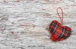 Fond de Valentine avec le coeur de textile sur le vieux bois Photo stock