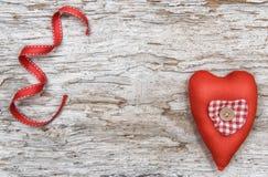 Fond de Valentine avec le coeur de textile sur le vieux bois Photos libres de droits