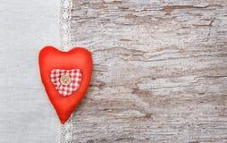 Fond de Valentine avec le coeur de textile sur le vieux bois Image stock
