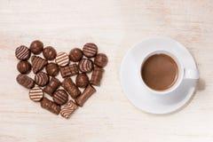Fond de Valentine avec les truffes de chocolat et la tasse de café Photographie stock