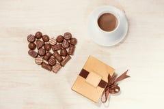 Fond de Valentine avec les truffes de chocolat et la tasse de café Photographie stock libre de droits