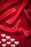 Fond de Valentine - coeurs blancs sur le rouge Photo libre de droits