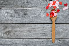 Fond de Valentine, coeurs de papier et cuillère en bois Photos libres de droits