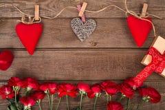 Fond de Valentine de boîte-cadeau, de coeurs et de roses rouges de groupe sur le bois L'espace pour la copie Image libre de droits