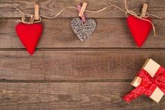 Fond de Valentine de boîte-cadeau et coeurs sur le bois L'espace pour la copie Images stock