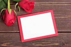 Fond de Valentine des roses rouges et de la carte vierge sur le bois L'espace pour c Photographie stock