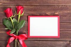 Fond de Valentine des roses rouges et de la carte vierge sur le bois L'espace pour la copie Photo libre de droits
