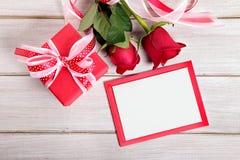 Fond de Valentine du boîte-cadeau, des roses rouges et de la carte vierge W Images libres de droits