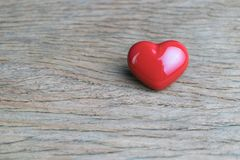 Fond de Valentine en tant que symbole rouge d'amour de coeur sur les WI en bois de table Photo stock