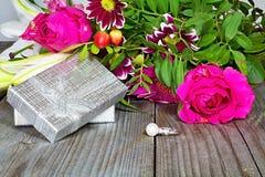 Fond de Valentine s Anneau argenté décoré d'une perle comme cadeau au jour de l'amour Photographie stock
