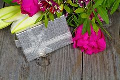 Fond de Valentine s Anneau argenté décoré d'une perle comme cadeau au jour de l'amour Image stock