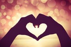 Fond de Valentine Silhouette de main humaine dans la forme de coeur SH Images libres de droits