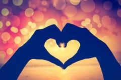 Fond de Valentine Silhouette de main humaine dans la forme de coeur SH Images stock