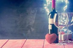 Fond de Valentine de vin et de bougie Images stock