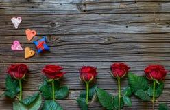 Fond de valentines avec des roses, des coeurs et des cadeaux Photo libre de droits