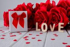 Fond de valentines avec la rose rouge, forme de coeur, boîte-cadeau, mot en bois de lettres photos libres de droits