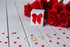 Fond de valentines avec la rose rouge, forme de coeur, boîte-cadeau, mot en bois de lettres photo stock