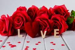 Fond de valentines avec la rose rouge, forme de coeur, mot en bois de lettres photographie stock