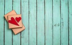 Fond de valentines avec le boîte-cadeau et coeurs dessus sur chic minable Photo stock