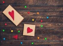Fond de valentines avec le boîte-cadeau et coeurs sur le backgro en bois Photo stock