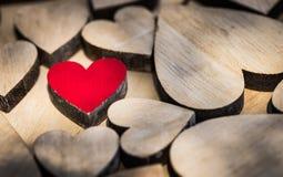 Fond de valentines ou de mariage avec le coeur rouge d'amour encadré de beaucoup de coeurs en bois Image stock