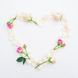 Fond de Valentines Symbole de coeur des pétales de roses sur le fond blanc Configuration plate, vue supérieure images libres de droits