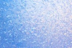 Fond de verre de fenêtre congelé, gel et froid très forts, texture dans des couleurs bleues, l'espace de copie image stock