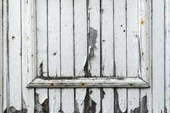 Fond de vieille peinture blanche colorée et brisée sur vieux Gray Wooden Door image stock