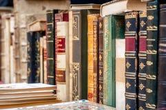 Fond de vieux livres Vieux livres dans une ligne Livres antiques Photos stock