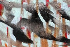 Fond de vieux mur avec les discriminations raciales non peintes Pochoir avec du ruban Couches noires et bleues rouges photo libre de droits