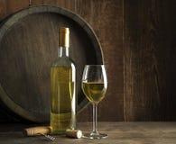 Fond de vin avec la bouteille et le verre photos libres de droits