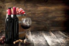 Fond de vin Un baril avec le vin rouge et fraîchement les raisins Photographie stock libre de droits