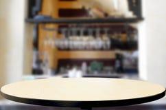 fond de vinothèque avec l'espace libre pour votre verre de bouteille Images stock